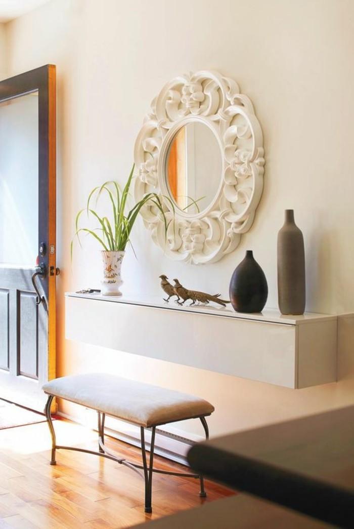 flur-einrichten-deko-flur-rundem-spiegel-mit-weisem-rahmen-weiser-hocker-pflanze-accessoires