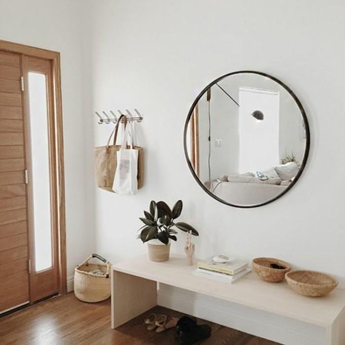 flur-einrichten-deko-flur-runder-spiegel-weiser-tisch-pflanzen-geflochteter-korb