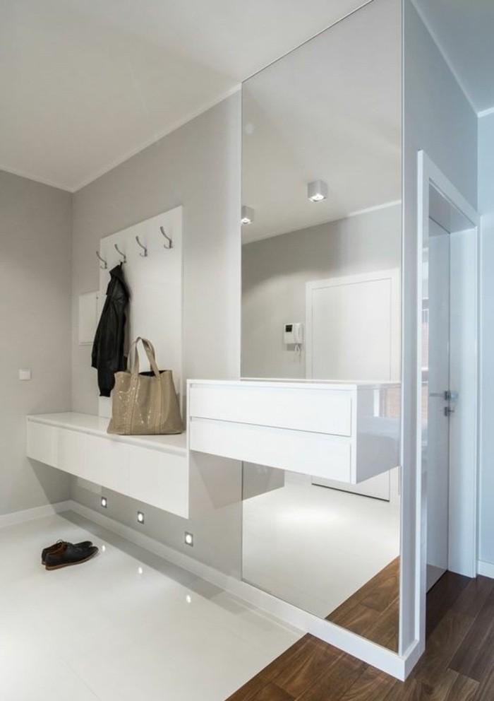 flur-einrichten-farbgestaltung-flur-flur-in-grau-und-weis-mit-eckigem-spiegel