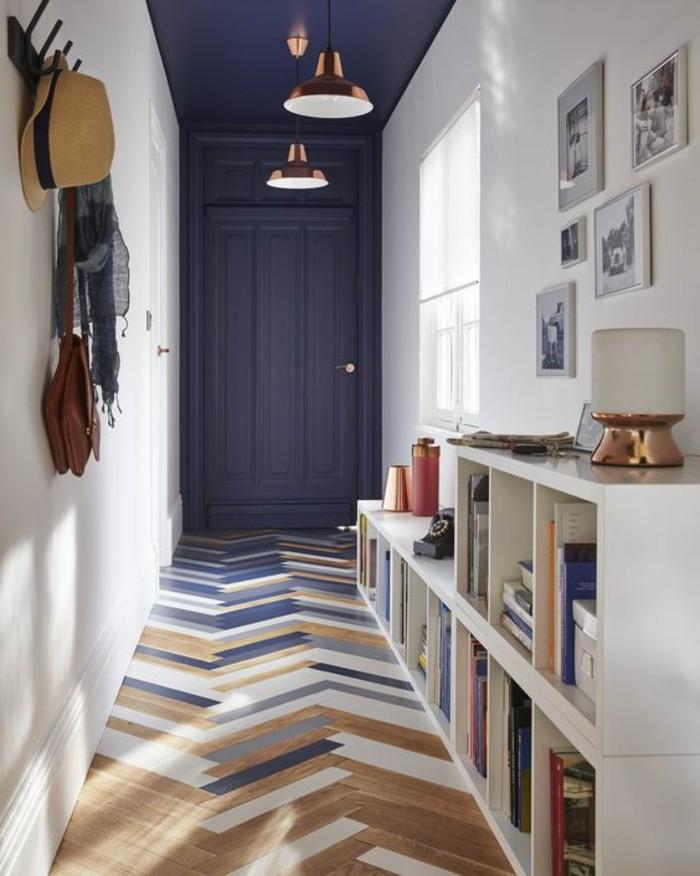 flur-einrichten-farbgestaltung-flur-in-weis-und-blau-weise-regale-mit-bucker-fotos