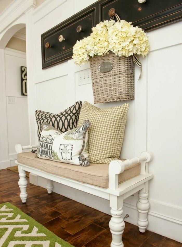 flur-einrichten-farbgestaltung-flur-in-weis-weser-retro-sofa-aus-holz-weise-blumen