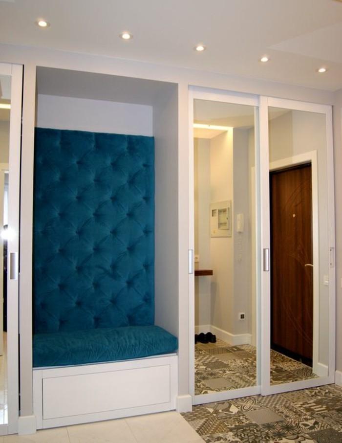 flur-einrichten-garderobe-ideen-flurgarderobe-in-weis-und-blau-mit-spiegeln