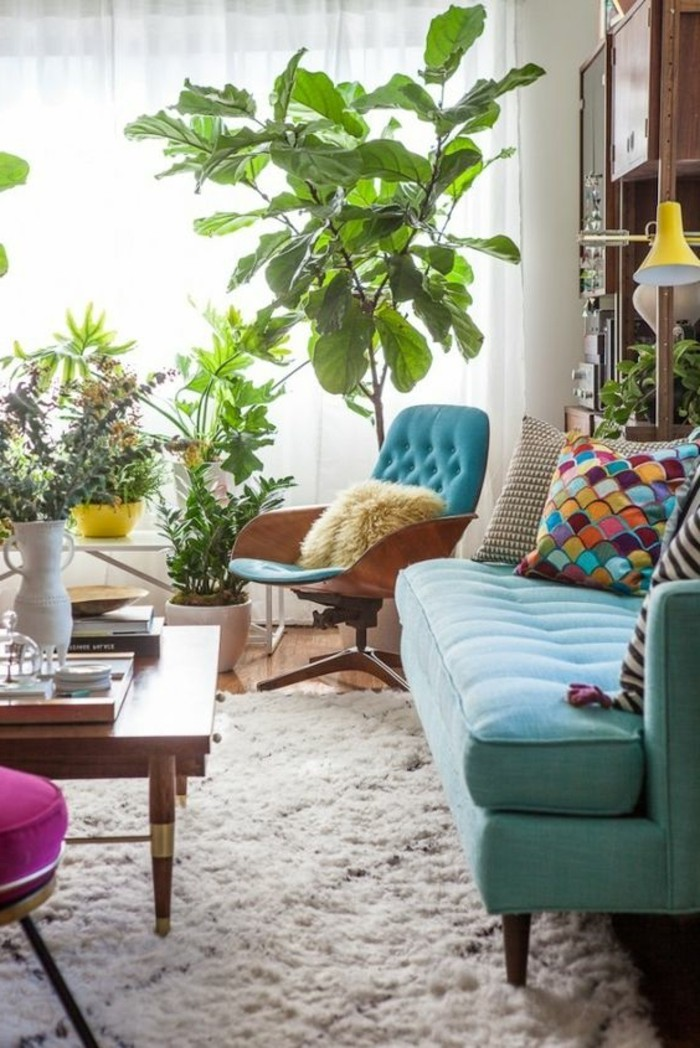 Frische Wohnzimmer Farbgestaltung Hellblaue Couch Weisser Teppich Bunte