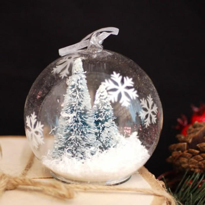 gefuellte-christbaumkugeln-glas-weihnachtsbaum-deko-schnee-weisses-band-schneeflocken