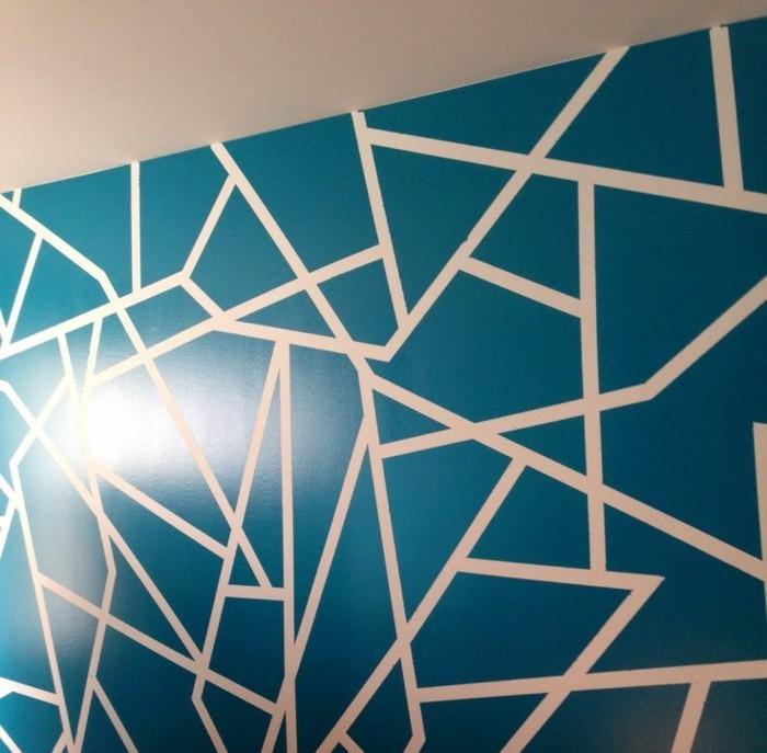 geometrische-formen-an-der-wand-gestalten-blau-weiss-willkuerliche-linien-formen