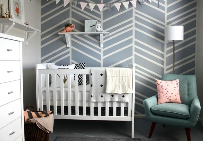 geometrische-formen-babyzimmer-weisses-holzbett-tuerkis-sessel-rosa-kisse-stehlampe-kommode