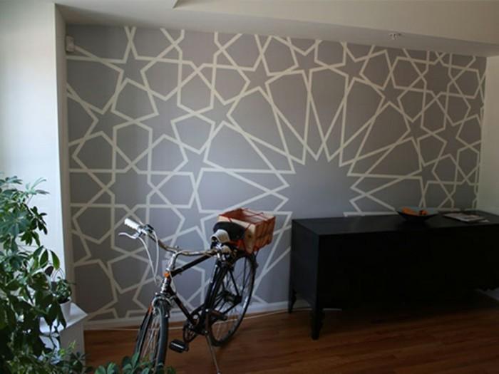 geometrische-formen-flur-schwarzer-holzschrank-obstschuessel-parkettboden-fahrrad-pflanze