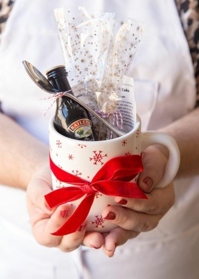 geschenke-aus-der-kuche-tasse-mit-roter-schleife-baileys-flasche-geschenk-aus-der-kuche