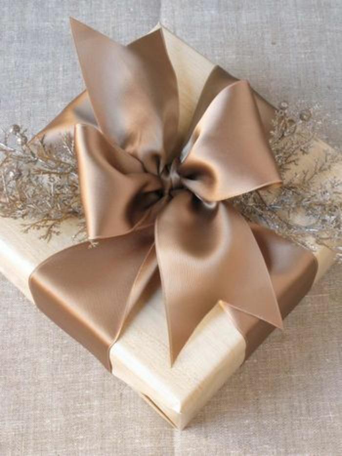 geschenkverpackung-geschenkbox-verpackung-beige-verpackung-mit-beige-schleife