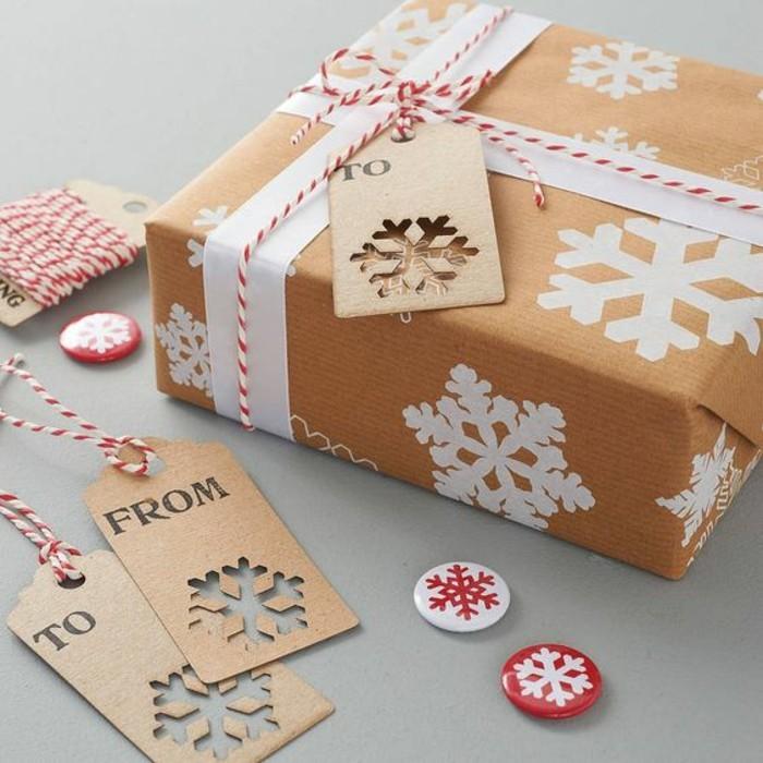 geschenkverpackung-geschenkbox-verpackung-mit-weisen-schneeflocken