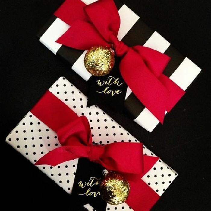 geschenkverpackung-gutscheine-verpacken-in-weis-und-schwarz-mit-roten-schleifen-und-goldenen-weihnachtskugeln