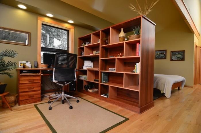 geschlossene-regal-raumtrenner-regale-als-raumteiler-fur-office-trennwand-regal-teppich-holzboden-arbeitsecke-zu-hause-doppelbett-indirektes-licht