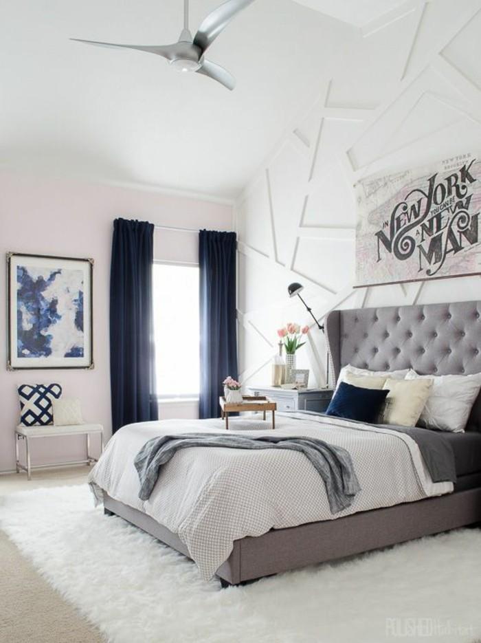 gestaltung-schlafzimmer-blaue-gardinen-graues-bett-weisser-teppich