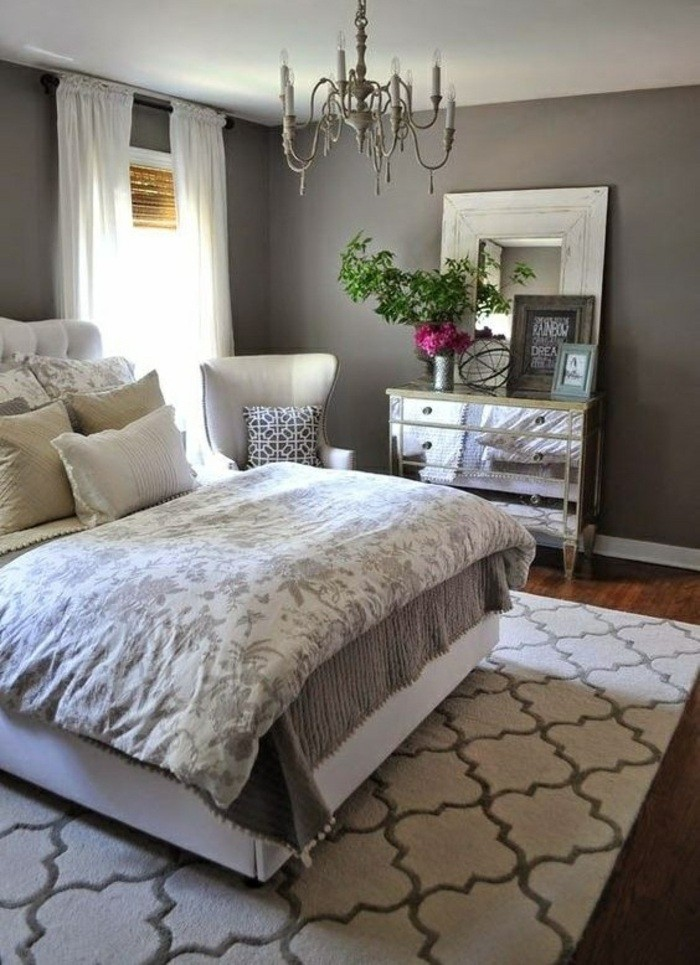 gestaltung-schlafzimmer-grau-bett-weisse-gardinen-weisser-stuhl-blumen