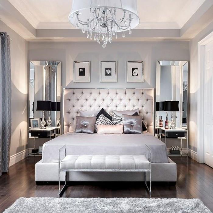 gestaltung-schlafzimmer-kronleuchter-bett-spiegeln-modern-weisser-hocker