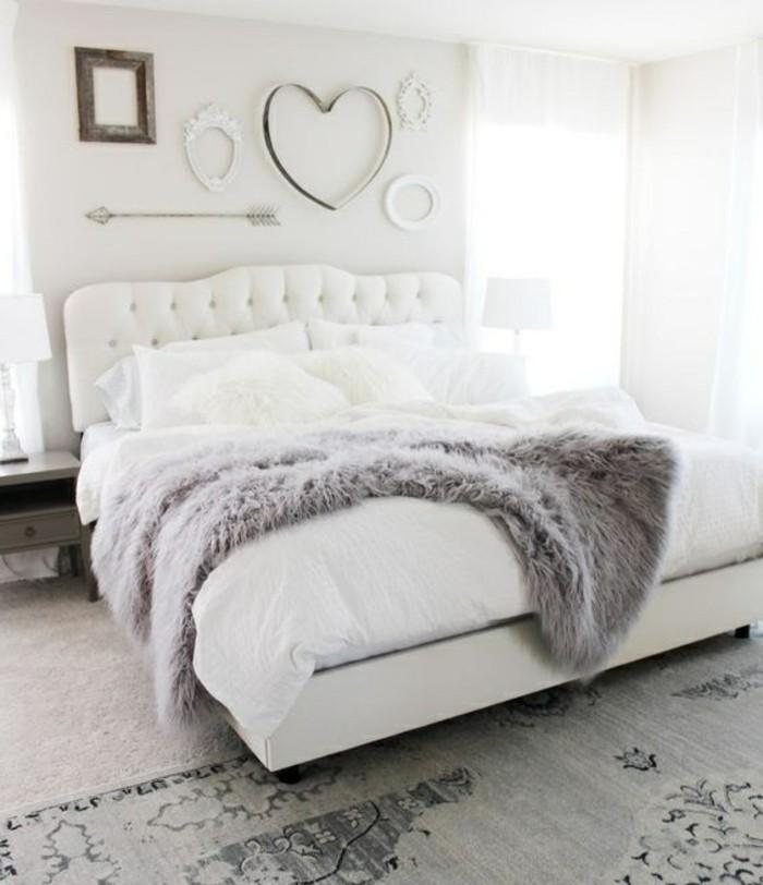 gestaltung-schlafzimmer-weisses-bett-herz-grauer-teppich-modern