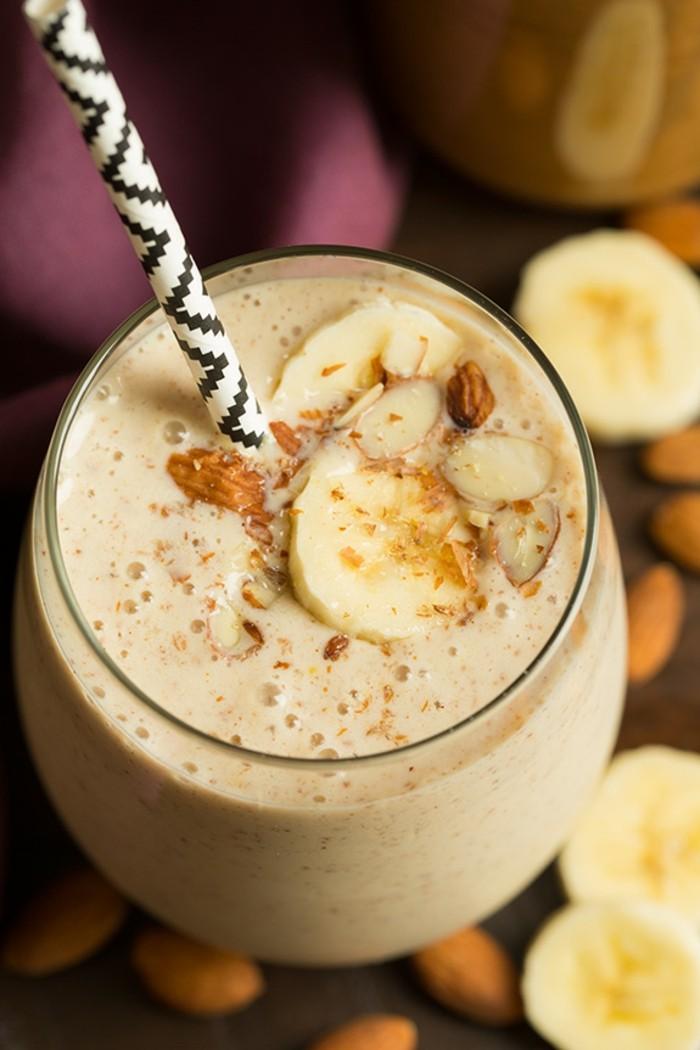 Gesundes-leckeres-Essen-kalorienarme-rezepte-gewuerzte-banane-mandel-smoothie