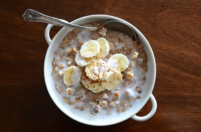 Gesundes-leckeres-Essen-kalorienarme-rezepte-haferflocken-mit-banan-und-walnuessen