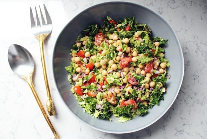 Gesundes-leckeres-Essen-krautsalat-mit-knusprigen-kichererbsen-leichtes-mittagessen
