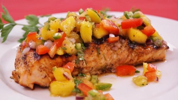 Gesundes-leckeres-Essen-lax-mit-avocado-salsa-leichtes-mittagessen-leckere-rezepte-zum-abnehmen
