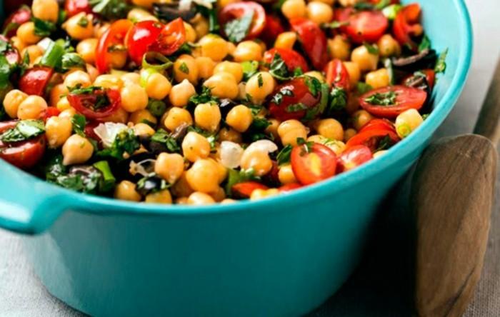 Gesundes-leckeres-Essen-leichtes-mittagessen-italienischer-garbanzo-salad-leckere-rezepte