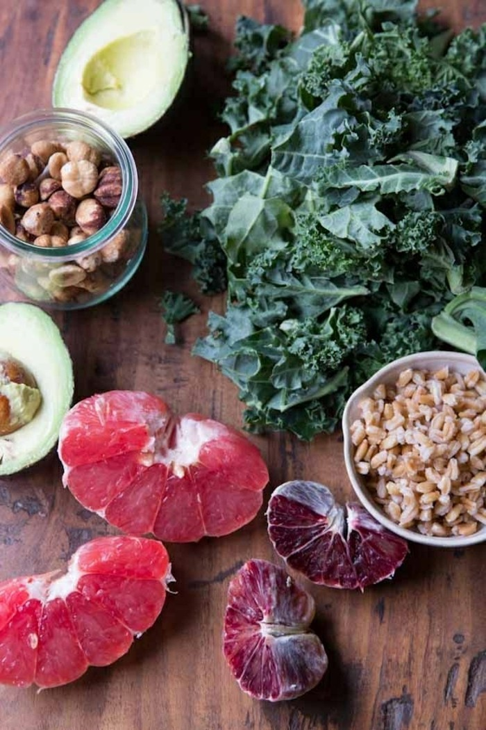 gesundes-leckeres-essen-ohne-kochen-avocado-salat-grapefruit-schnelle-kochrezepte