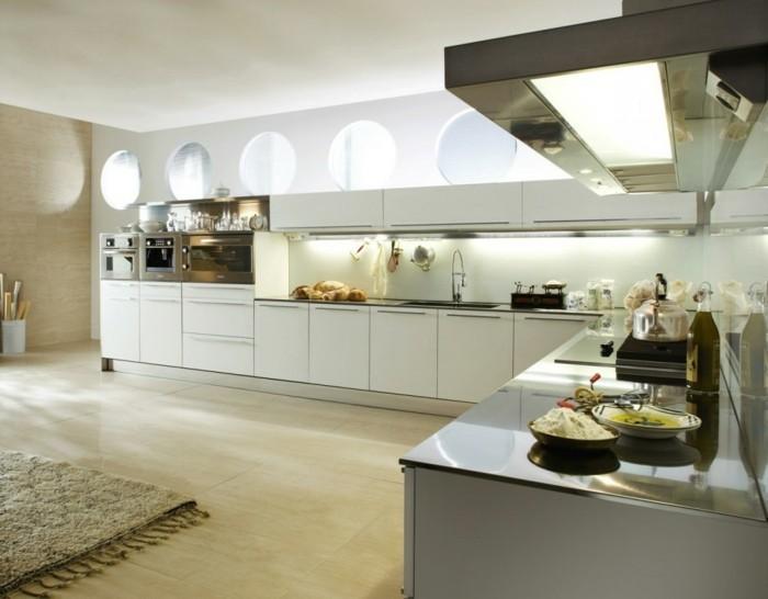grosse-kueche-l-form-eckküche-moderne-weisse-moebel-holzboden-kleine-runde-fenster-absorber