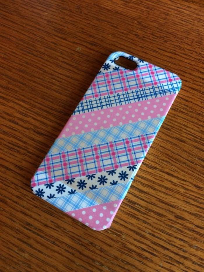 handyhulle-selbst-gestalten-handyhulle-selber-gestalten-mit-klebeband-in-rosa-blau-und-weis