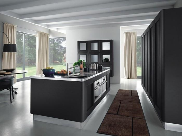 kuesche-mit-kochinsel-weisser-boden-teppich-schwarze-maebel-uebergang-esszimmer