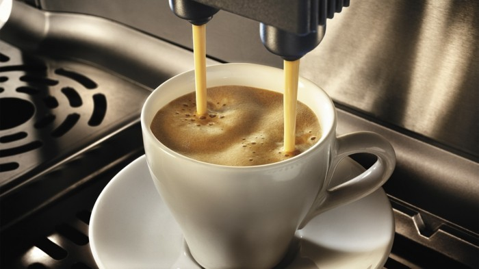 kaffeeautomat-tasse-voll-mit-starkem-kaffee-kaffeemaschinen