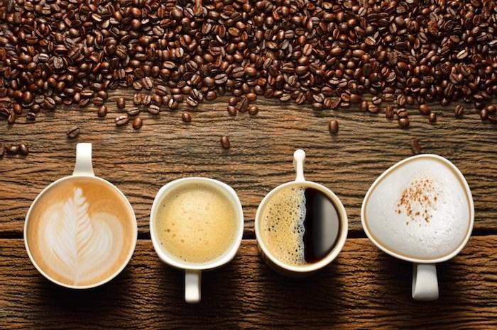 vier Tassen Kaffe - Cappuccino, Milchkaffe, schwarzer Kaffee mit Schaum, Kaffee mit Sahne
