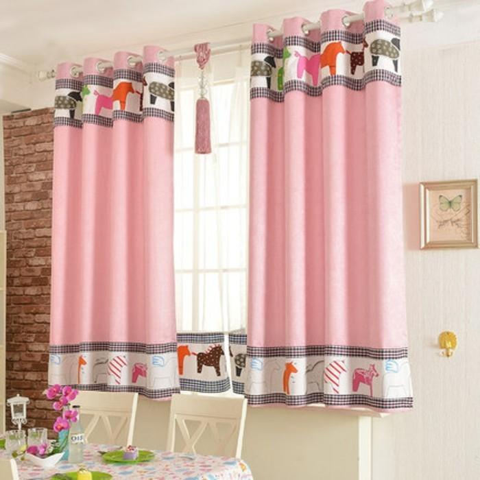 kinderzimmer-fensterdeko-frohliche-gardinen-in-rosa-farbe