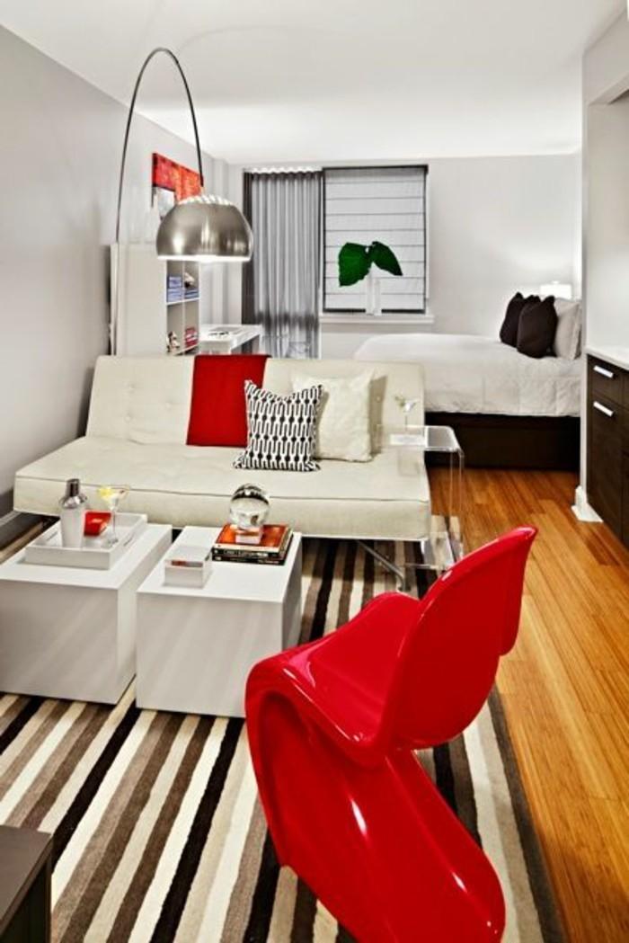 kleine-wohnung-einrichten-bett-roter-stuhl-weisses-sofa-lampe