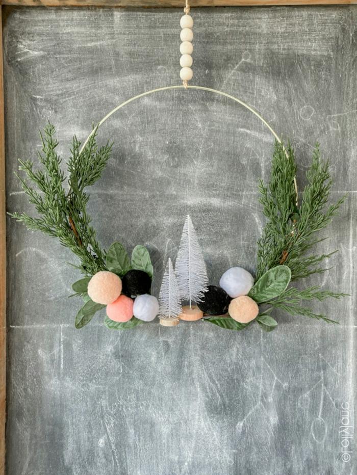 kleiner dekorativer tannenbaum weiß weihnachtskranz tür mit pompoms basteln