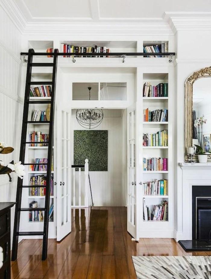 kleines-wohnzimmer-weisses-regalsystem-mit-schwarzer-leiter