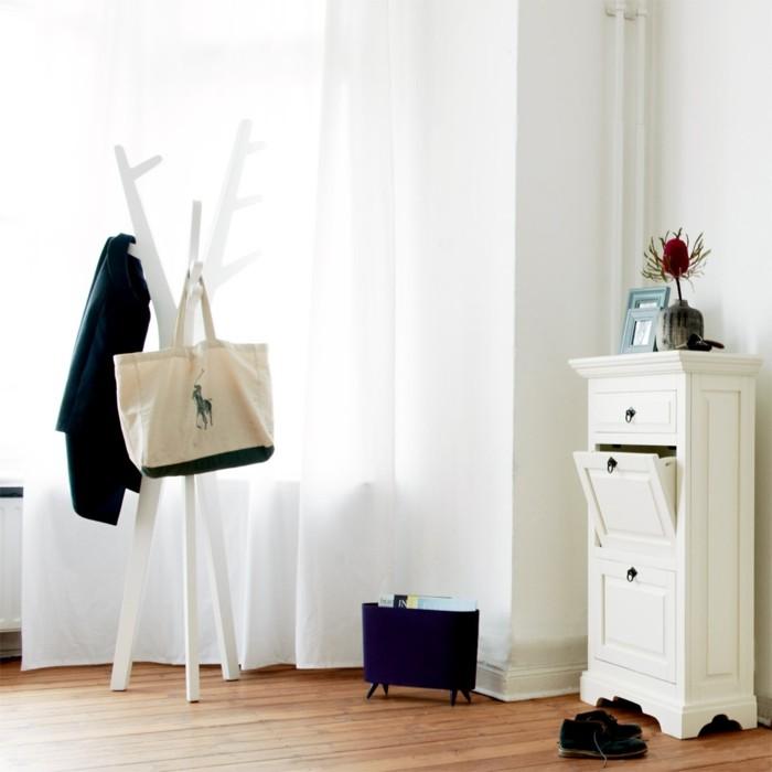 kreative-garderobe-wie-weisem-baumstamm