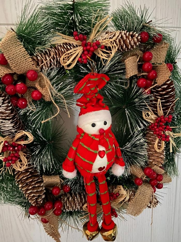 kuscheltier zwerg dekoration kranz weihnachten dekoriert mit tannenzapfen roten blüten kreative bastelideen weihnachtsdekoration