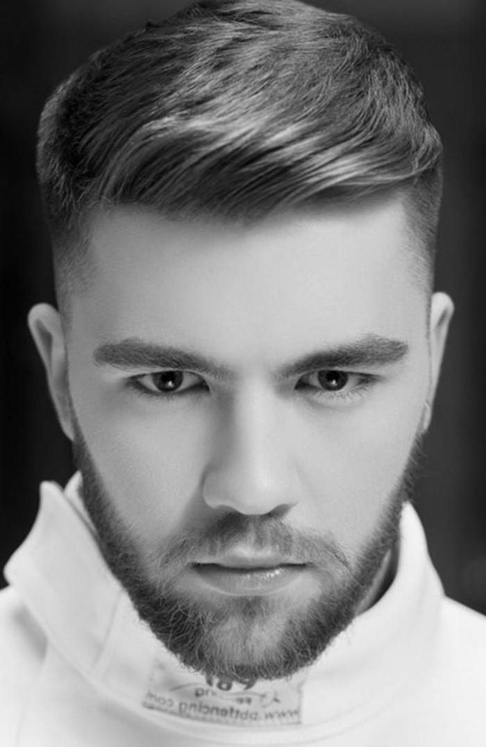 maenner-frisuren-kurz-glattes-haar-moderne-haircuts2017-kuerzer-an-den-seiten