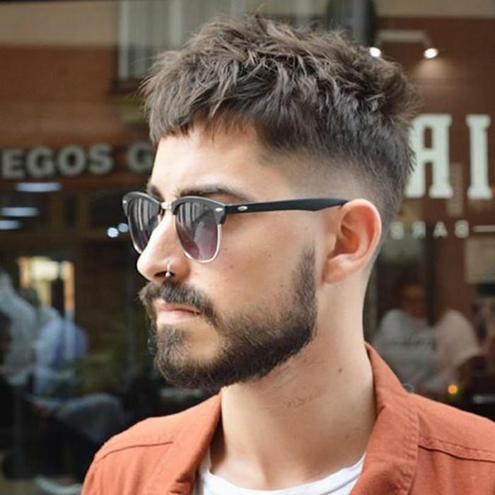 maenner-kurzhaarfrisuren-lockige-haare-cropped-haarschnitt-fade-unordentliche-haare-bart-schnurrbart