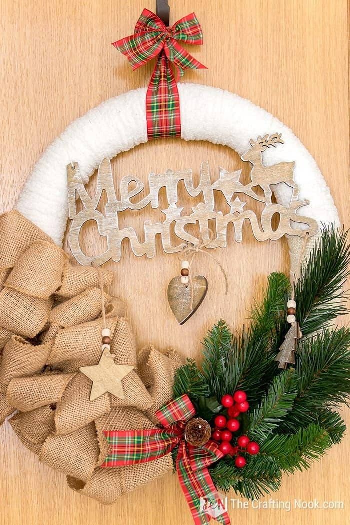 merry christmas weihnachtskranz basteln tannenzweige und bunte schleifen festliche dekoration weihnachten