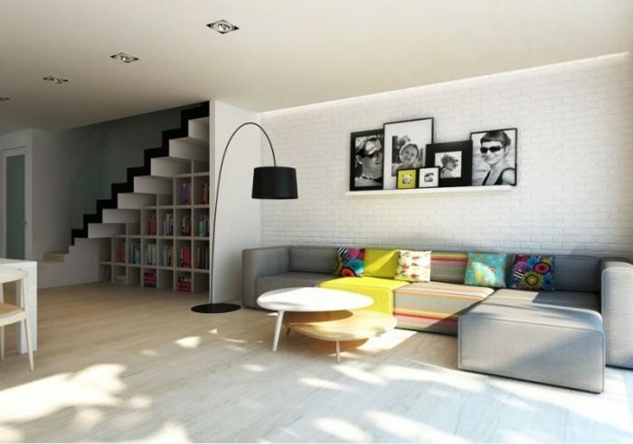 minimalistische-moebel-guenstige-designermoebel-kaffeetisch-holz-holzboden-stehlampe-indirektes-licht-ecksofa-bunt-buecherregal-treppe