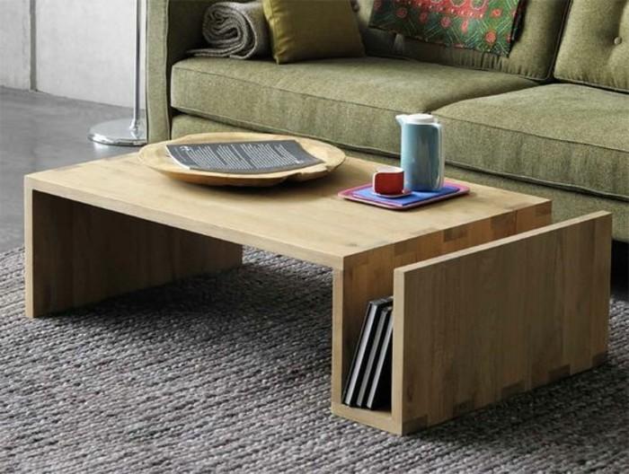 minimalistische-moebel-wohnzimmer-holztisch-mit-buecherregal-teppich-gruene-couch