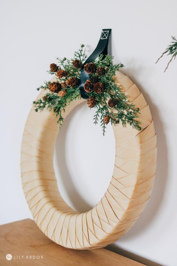 minimalistische weihnachtsdeko selber machen weihnachtskranz basteln mit tannenzapfen tannenzweigen