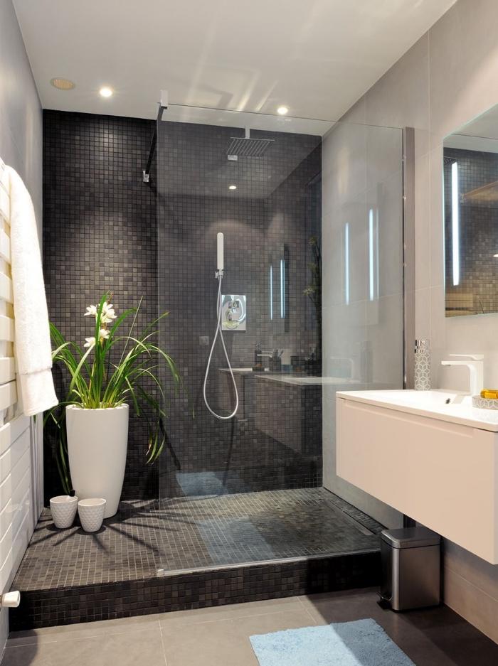 moderne bäder, badezimmer in weiß und schwarz, große blume, duschkabinne, mosaikfliesen