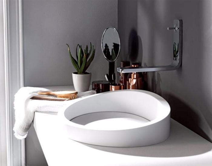 badezimmer deko, designer waschbecken, weiße platte, kleine grüne pflanze, badezimmerdeko ideen