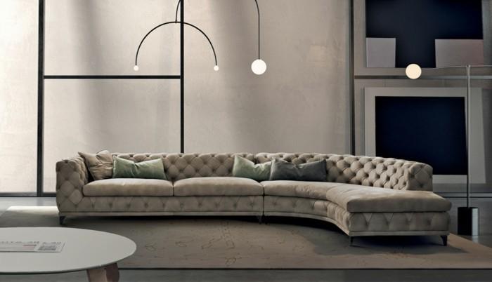 moderne-moebel-interieur-design-wohnzimmer-ecksofa-plueschteppich-ovaler-tisch-stehlampe-indirektes-licht