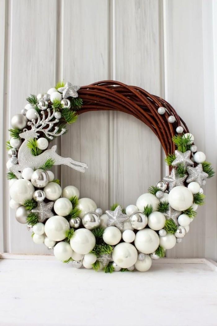 moderne-weihnachtsdeko-aeste-hirsch-sterne-weisse-und-silberne-weihnachtskugel