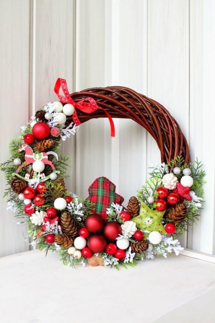 moderne-weihnachtsdeko-aeste-rote-weihnachtskugeln-rote-schleife-zapfen