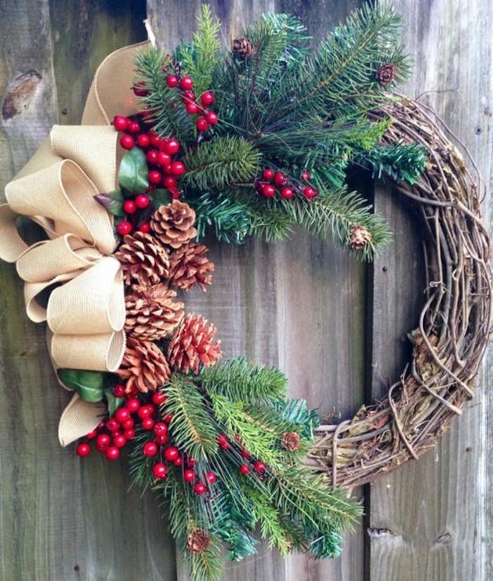 moderne-weihnachtsdeko-aeste-zapfen-vogelbeeren-beige-schleife