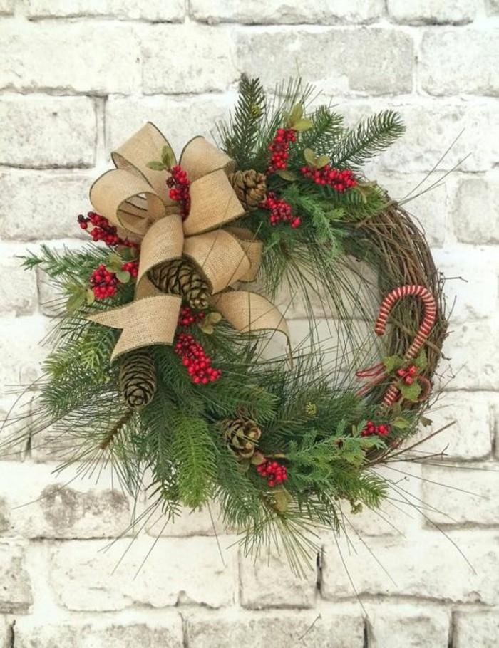 moderne-weihnachtsdeko-gruene-zweige-beige-schleife-zapfen